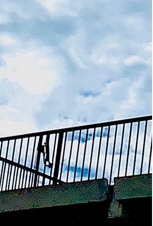 屋上は、強い日差しや雨風から建物を守る働き者